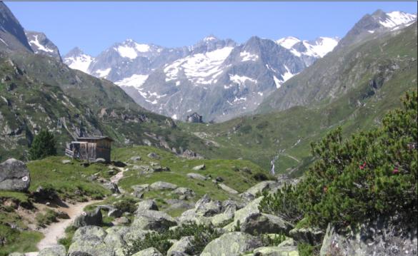 Zdaleka viditelný cíl – chata Franz Senn Hütte (vzadu)