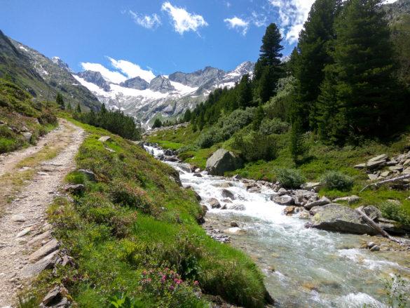 Cesta k chatě podél potoka Rainbach