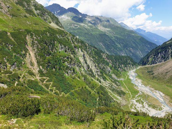 Pohled z terasy Sulzenau Hütte dolů do údolí (dole chata Sulzenau Alm)