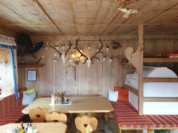 Útulná místnost s pecí