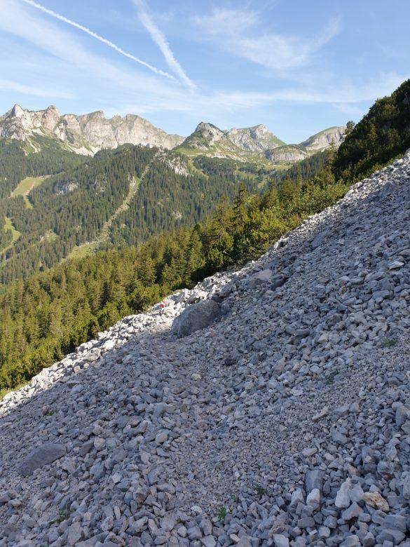 Cesta přes kamenné pole