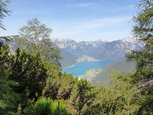 Výhled na Achensee z cesty