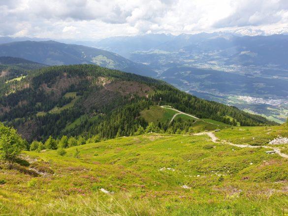 Pohled z cesty dolů do údolí